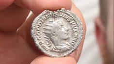 Hombre de Reino Unido tropieza con una moneda de plata romana de 1800 años cuando limpiaba el parque