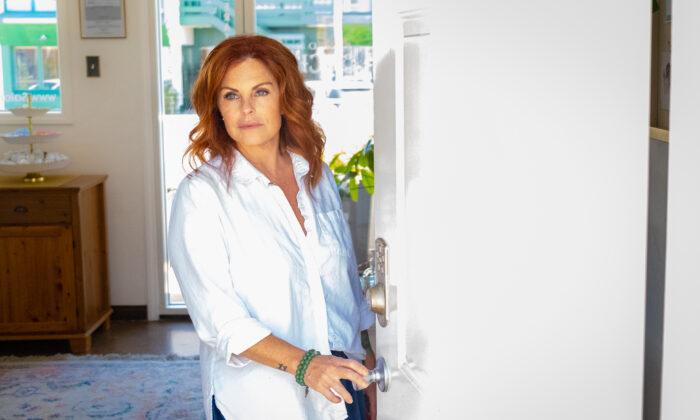 La propietaria Christine Maniaci recibió nuevamente la orden de cerrar las puertas de su negocio, el Salon Touche, en Redondo Beach, California, el 16 de julio de 2020. (John Fredricks/La Gran Época)