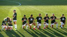 Jugadora de fútbol explica por qué estuvo de pie para el himno mientras sus compañeras se arrodillaron