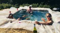 Familia construye piscina improvisada con bloques de heno en su patio trasero durante ola de calor