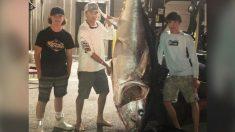 Adolescentes atrapan atún de 700 libras tras una lucha de 7 horas frente a la costa de Maine