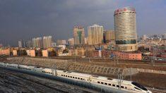 """Oficiales chinos declaran """"estado de guerra"""" para controlar el virus en la capital de Xinjiang"""