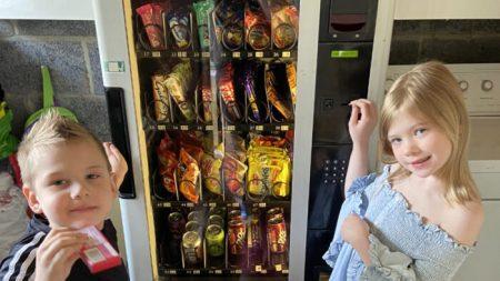 Madre invierte en máquina expendedora para hacer que sus niños hagan tareas para pagar las golosinas