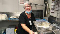 Mujer se dedica a lavar platos para poder visitar a su marido con Alzheimer en medio de la pandemia