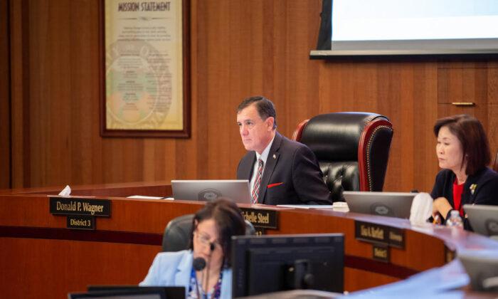 El supervisor Donald P. Wagner y la presidenta Michelle Steel, a la derecha, asisten a una reunión de la Junta de Supervisores del condado de Orange en Santa Ana, California (Cortesía de Donald P. Wagner)
