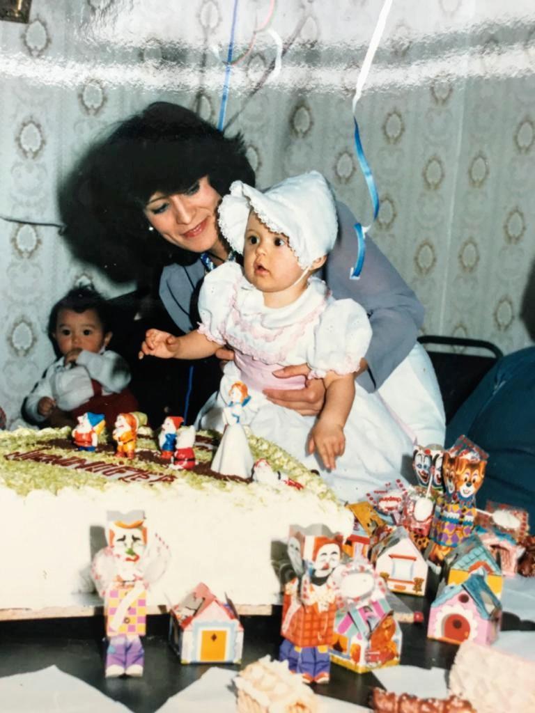 Jeny padeció ansiedad desde la infancia. En esta foto con su mamá celebra su primer aniversario. (Cortesía de Jennifer Pascual)