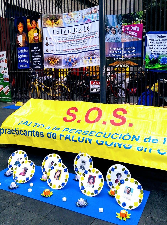 Durante los eventos conmemorativos del 21 aniversario, se colocaron mensajes alusivos y fotografías de practicantes que han fallecido durante la persecución a Falun Dafa en China. (Epoch Times)