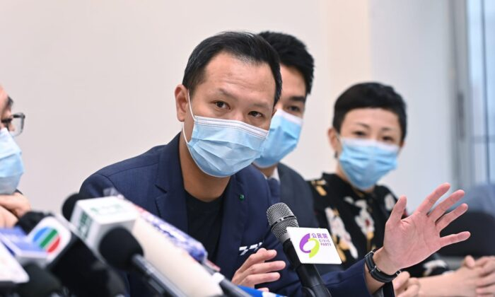 El legislador de Hong Kong Dennis Kwok, del Partido Cívico local, habla en una conferencia de prensa después de haber sido descalificado para las próximas elecciones legislativas del 30 de julio de 2020. (Song Bilung/The Epoch Times)