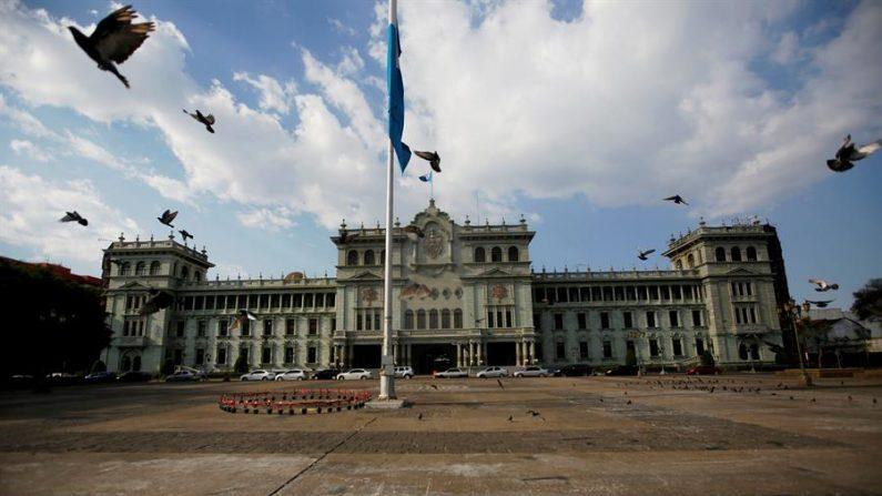 Vista de la Plaza de la Constitución frente al Palacio Nacional de la Cultura de Ciudad de Guatemala. EFE/Esteban Biba/Archivo