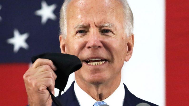 El candidato presidencial demócrata y exvicepresidente Joe Biden sostiene una mascarilla mientras habla durante un evento de campaña en Wilmington, Delaware, el 30 de junio de 2020. (Alex Wong/Getty Images)