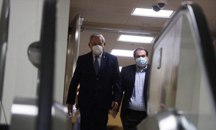 El senador Robert Menéndez (D-N.J.) camina con un asistente en Washington, el 4 de mayo de 2020. (Alex Wong/Getty Images)
