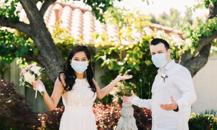 Brad e Yvette tuvieron una ceremonia más íntima de lo imaginado para su boda el 23 de mayo de 2020. (Fotografía de Jim Kennedy)