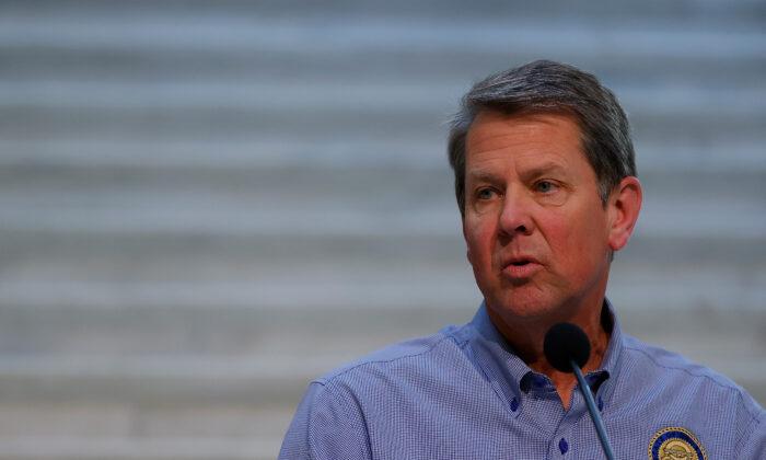 El gobernador de Georgia, Brian Kemp, habla con los medios de comunicación durante una conferencia de prensa en el Capitolio del Estado de Georgia en Atlanta, Georgia, el 27 de abril de 2020. (Kevin C. Cox/Getty Images)