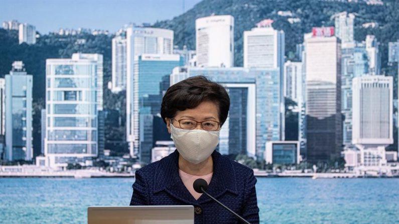 La jefa del Gobierno de Hong Kong, Carrie Lam, confirmó hoy que aplazará un año las elecciones legislativas, previstas inicialmente para el próximo 6 de septiembre, debido al empeoramiento de la pandemia del virus del PCCh en la ciudad. EFE/EPA/JEROME FAVRE