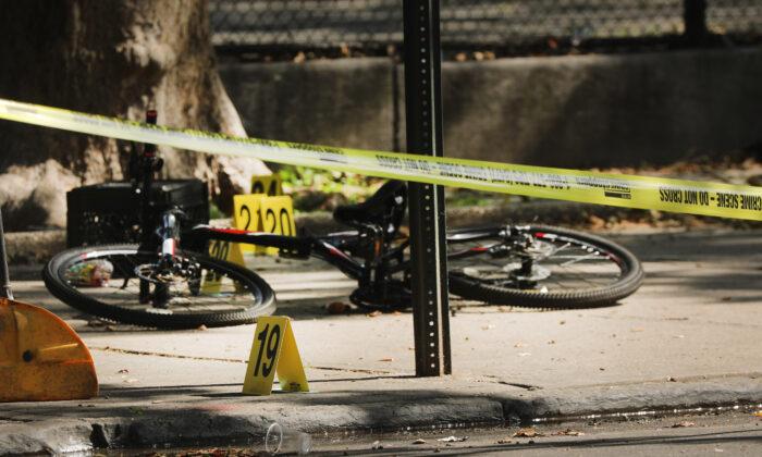 Los marcadores balísticos de la policía están junto a la bicicleta de un niño en la escena del crimen donde un niño de 1 año fue asesinado a tiros en Brooklyn, Nueva York, N.Y., el 13 de julio de 2020. (Spencer Platt/Getty Images)