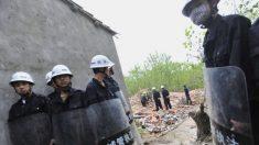 Policía china reprime a propietarios que defienden sus casas de la demolición forzada en Beijing