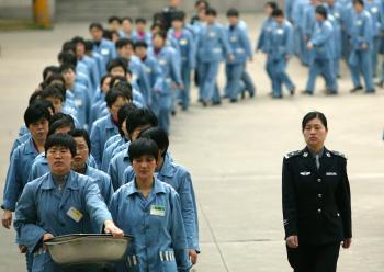 Los campos de trabajo donde los guardias torturan a los prisioneros están a minutos del estadio olímpico Nido de Pájaro, dicen los testigos. (AFP/Getty Images)
