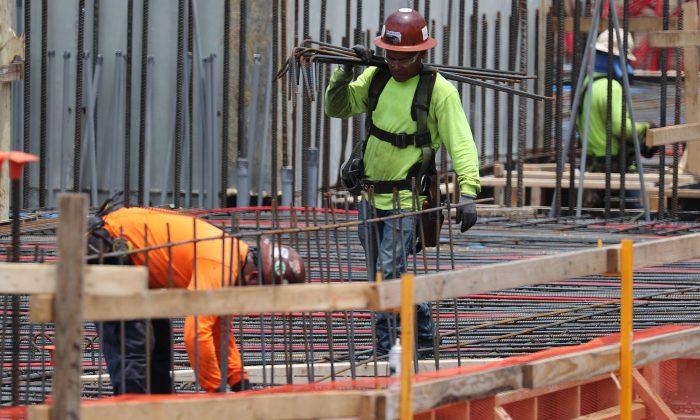 Trabajadores de la construcción son fotografiados en Fort Lauderdale, Florida, el 3 de mayo de 2019. (Joe Raedle/Getty Images)