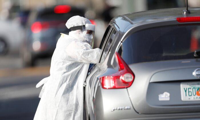 Un trabajador de la salud administra una prueba de virus del PCCh, en el Centro de Recursos Comunitarios Lee Davis, en Tampa, Florida, el 25 de junio de 2020. (Octavio Jones/Getty Images)
