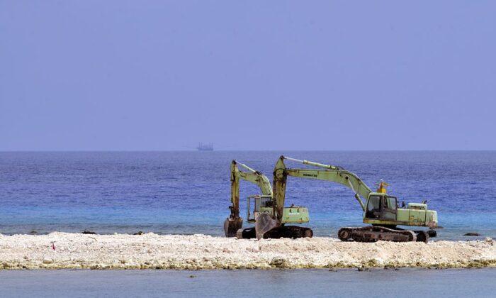 Dos excavadoras se muestran en un sitio de construcción en la isla Taiping en la cadena Spratly en el Mar del Sur de China el 23 de marzo de 2016. (Sam Yeh / AFP a través de Getty Images)