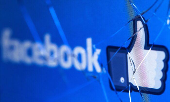 El logo de la red social Facebook en una pantalla rota de un teléfono móvil el 16 de mayo de 2018. (Joel Saget/AFP vía Getty Images)
