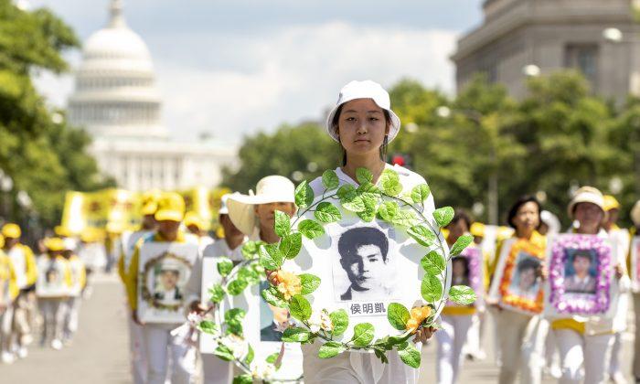 Practicantes de Falun Gong marchan desde el Capitolio de EE.UU. hasta el Monumento a Washington que conmemora el 20º aniversario de la persecución de Falun Gong en China, en Washington el 18 de julio de 2019. (Samira Bouaou/The Epoch Times)