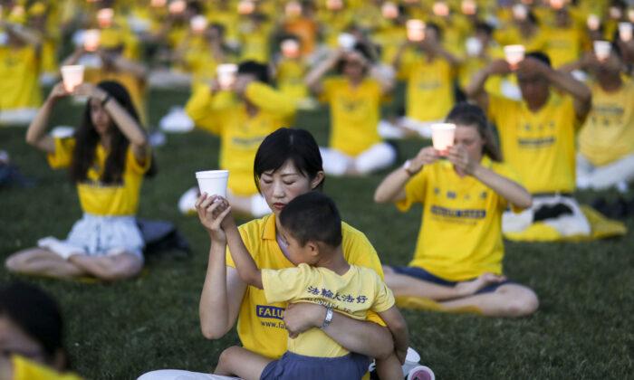 Los practicantes de Falun Gong participan en una vigilia a la luz de las velas para conmemorar el 20 aniversario de la persecución a Falun Gong en China, en el West Lawn de Capitol Hill el 18 de julio de 2019. (Samira Bouaou/The Epoch Times)