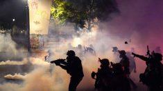 Federales lanzan gases lacrimógenos y hacen arrestos tras ataque de alborotadores a un juzgado