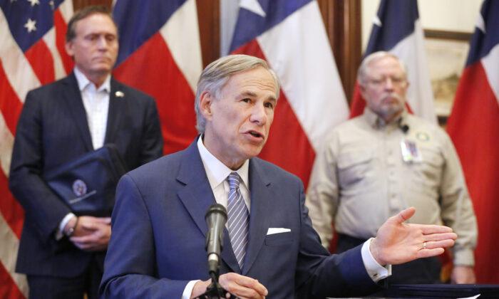 El gobernador de Texas Greg Abbott durante una conferencia de prensa en el capitolio estatal en Austin, Texas, el 29 de marzo de 2020. (Tom Fox-Pool/Getty Images)