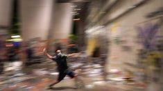 Alborotadores intentan irrumpir en una corte federal en Portland, incendiando el edificio