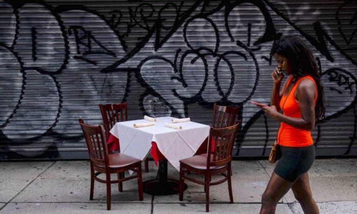 Una mesa lista para comer al aire libre se muestra en Manhattan, Nueva York, el 18 de julio de 2020. (Johannes Eisele / AFP / Getty Images)