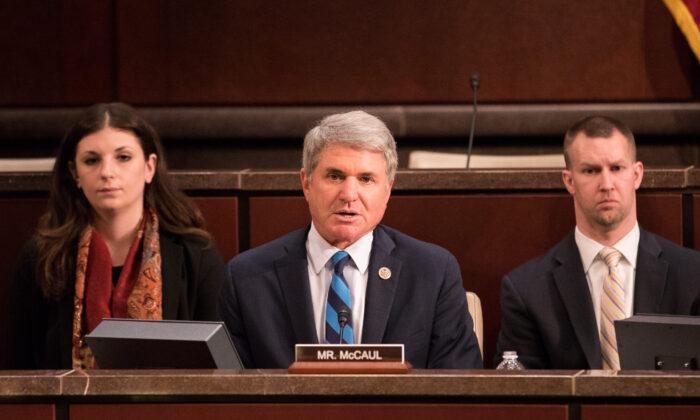 El representante Michael McCaul (R-Texas) (centro) en una audiencia en el Congreso con Kevin K. McAleenan (fuera de la foto), comisionado de Aduanas y Protección Fronteriza de Estados Unidos, Departamento de Seguridad Nacional, en Washington el 25 de abril de 2018. (Samira Bouaou/La Gran Época)