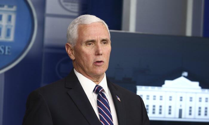 El vicepresidente, Mike Pence, habla en la sesión informativa diaria sobre el virus del PCCh en la Casa Blanca en Washington, el 19 de abril de 2020. (Tasos Katopodis/Getty Images)