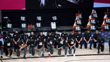 Jugadores de la NBA se arrodillan durante el himno nacional en el reinicio de temporada