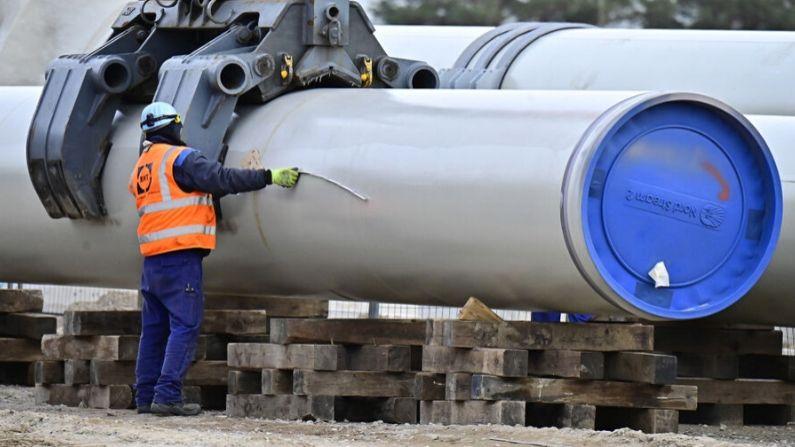Un hombre trabaja en el lugar de construcción del llamado gasoducto Nord Stream 2 en Lubmin, al noreste de Alemania, el 26 de marzo de 2019. (TOBIAS SCHWARZ/AFP vía Getty Images)