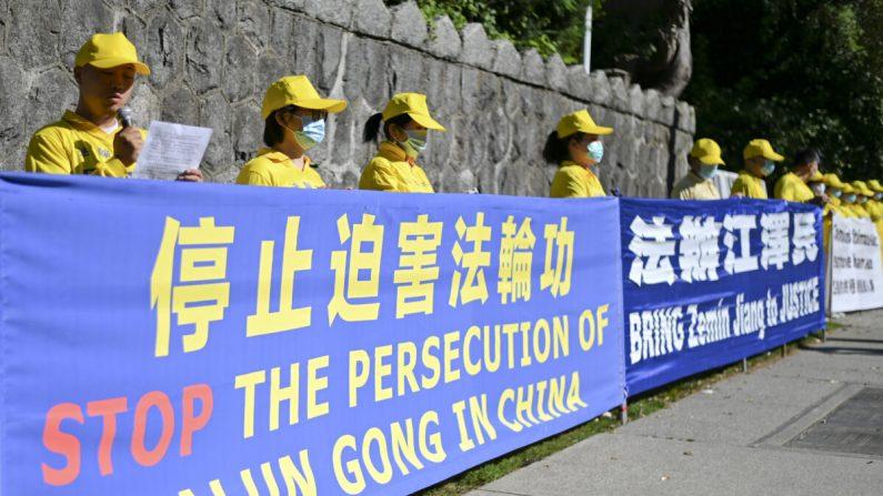 Practicantes de Falun Dafa celebran una concentración para conmemorar el 21º aniversario de la persecución de Falun Dafa, en Vancouver, Canadá, el 18 de julio de 2020. (Da Yu/The Epoch Times)