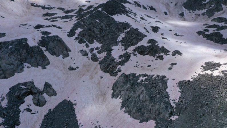 Una fotografía aérea tomada sobre el glaciar Presena cerca de Pellizzano, muestra nieve de color rosa, supuestamente debido a la presencia de colonias de algas de la especie Ancylonela nordenskioeldii de Groenlandia, Italia, el 3 de julio de 2020. (Miguel Medina/AFP vía Getty Images)