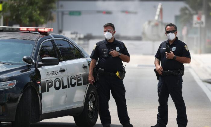 Oficiales de policía de Miami Beach usan mascarillas protectoras en el exterior del Centro de Convenciones de Miami Beach, Florida, el 8 de abril de 2020. (Joe Raedle/Getty Images)