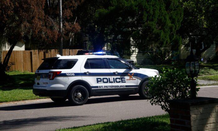 Una patrulla de la policía conduce a través de un vecindario residencial en San Petersburgo, Florida, el 9 de septiembre de 2017. (Brian Blanco/ Getty Images)