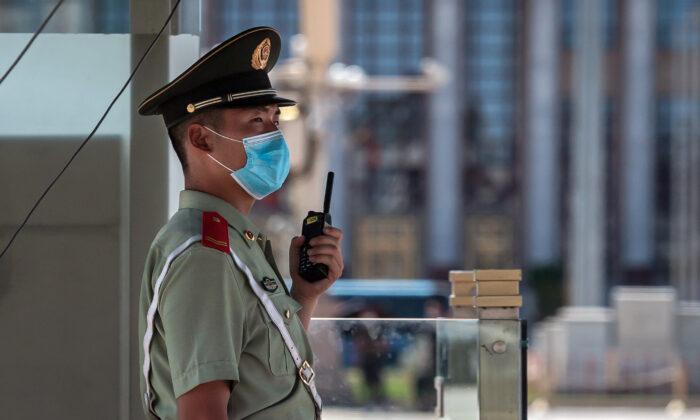 Un policía paramilitar hace guardia en la Plaza de Tiananmen en Beijing el 4 de junio de 2020. (Nicolas Asfouri/AFP vía Getty Images)