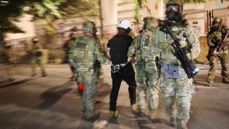 Agentes federales hacen un arresto mientras se enfrentan a los alborotadores frente al tribunal federal Mark O. Hatfield en el centro de Portland el 26 de julio de 2020. (Spencer Platt/Getty Images)