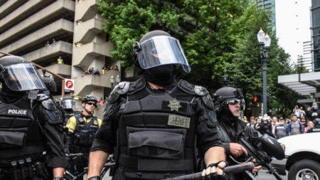 Oficial federal fue golpeado con un martillo durante las protestas de Portland: Policía
