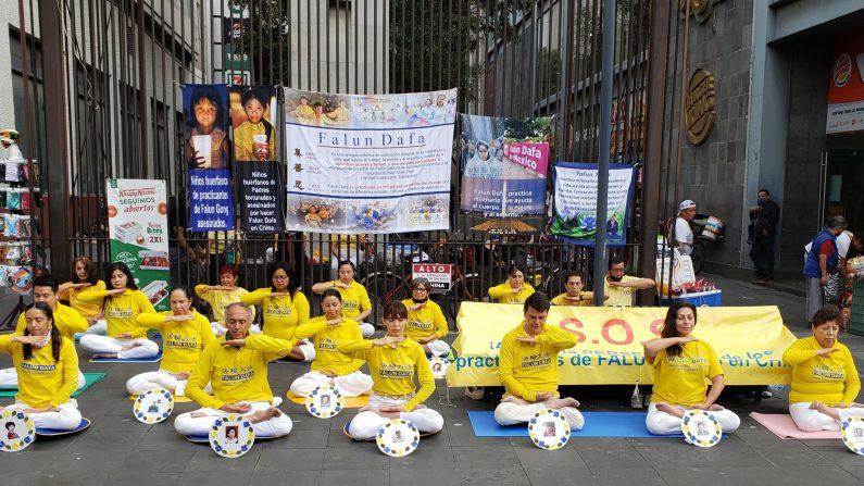 Practicantes de Falun Dafa en México conmemoran los 21 años del inicio de la persecución en China con una meditación pacífica y vigilia en memoria de los practicantes asesinados por el régimen comunista chino.