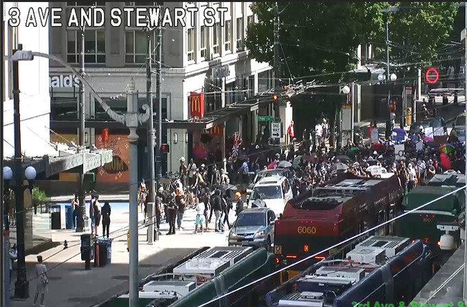 Varios alborotadores bloquean el tráfico en la Tercera Avenida junto a la calle Pine en Seattle el 19 de julio de 2020. (Departamento de Transporte de Seattle)