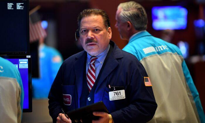 Operadores trabajan durante la campana de apertura de la Bolsa de Valores de Nueva York (NYSE) en Wall Street en la ciudad de Nueva York, EE.UU. el 19 de marzo de 2020. (Johannes Eisele/AFP vía Getty Images)