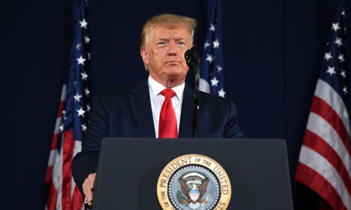 El presidente Donald Trump hace un gesto mientras habla durante los actos del Día de la Independencia en el Monumento Nacional del Monte Rushmore en Keystone, S.D., el 3 de julio de 2020. (Saul Loeb/AFP vía Getty Images)