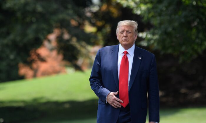 El presidente Donald Trump sale de la Casa Blanca en Washington el 15 de julio de 2020. (Nicholas Kamm / AFP a través de Getty Images)