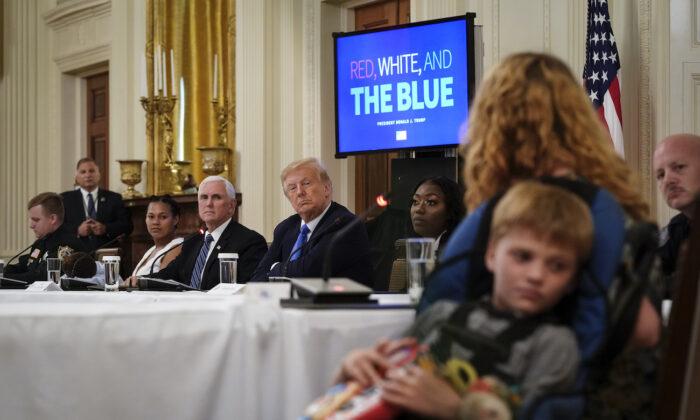 El presidente Donald Trump asiste a un evento con ciudadanos que se han beneficiado positivamente de las fuerzas del orden en el Salón Este de la Casa Blanca, el 13 de julio de 2020. (Drew Angerer/Getty Images)