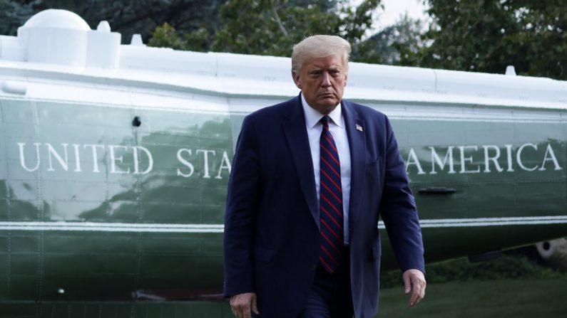 El presidente Donald Trump camina por el Jardín Sur después de haber aterrizado a bordo del Marine One en la Casa Blanca en Washington el 27 de julio de 2020. (Alex Wong/Getty Images)