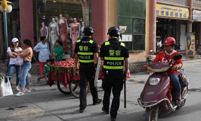 Foto de archivo tomada el 4 de junio de 2019, muestra a agentes de policía patrullando en Kashgar, en la región occidental de Xinjiang de China. (Greg Baker/AFP vía Getty Images)